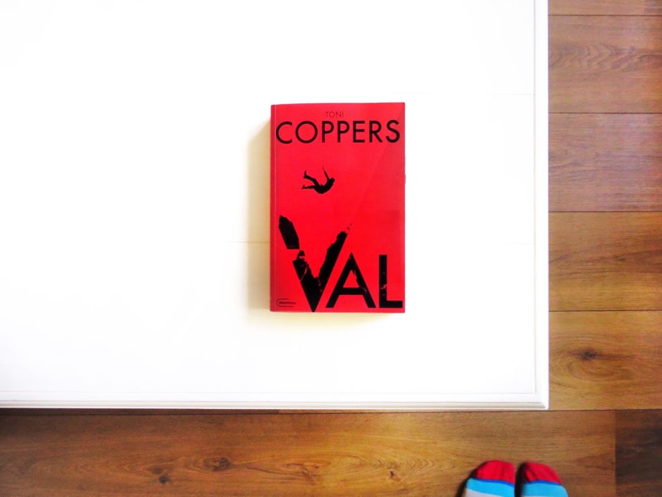 Toni Coppers, Val recensie